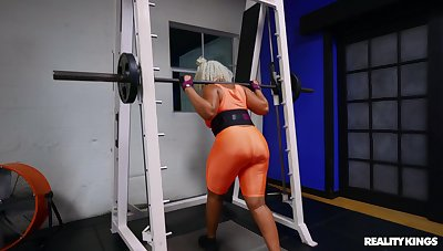 Crazy sex to hand the gym close to busty ebony beau Mimi Curvaceous